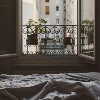 窓から差し込む光を浴びて迎える朝。朝起きた時に感じたのは、幸せ?それとも憂鬱…?