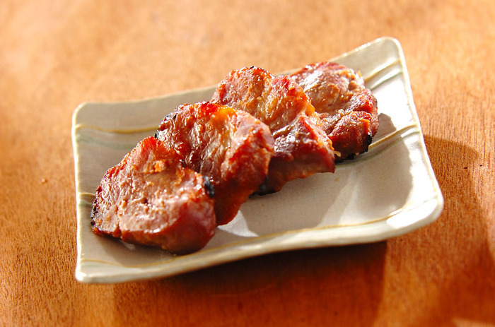 にんにくが利いた合わせみそに漬け込むのは、豚肩ロースのかたまり肉。1cm幅に切って合わせみそとよく絡めたら、ラップをして冷蔵庫で一晩寝かせます。肩ロースは程よく脂肪分がある部位なので、分厚くてもジューシーに仕上がりますよ。