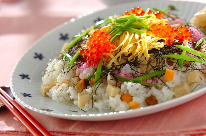 ひな祭りに華を添える美味しいちらし寿司は、食卓にあるだけで、春らしく、特別感いっぱいです。定番のシンプルなちらし寿から、具材、味、見た目にこだわったアレンジちらし寿司まで、今年のひな祭りは、自分だけのオリジナルのちらし寿司を楽しんでみてはいかがでしょうか。