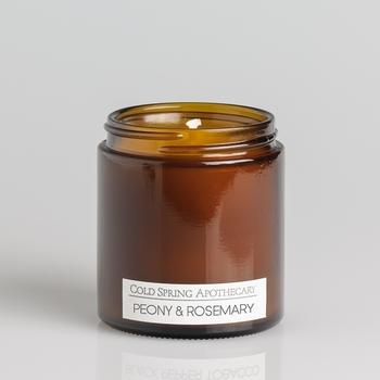 ピオニーとローズマリーをブレンドした、深みのある香りのキャンドル。主に大豆ワックスを原材料としており、防腐剤及び酸化防止剤も一切含まない、人にも環境にも優しいアイテムです。