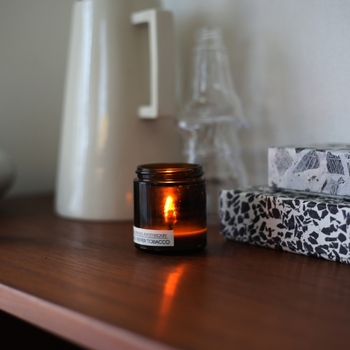 お休み前に灯すと、甘く豊かな香りがお部屋を包み込みます。ゆらゆらと揺れるキャンドルの炎は気持ちを鎮めてくれ、深い眠りにつくことができます。
