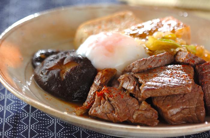 洋食のイメージの強いステーキですが、実はこんな和風テイストにもよく合うんです。お肉に添えるのは、すきやき風に味付けした椎茸・焼き豆腐・しらたきなど。仕上げに温泉卵を乗せれば、豪華な和食の完成です☆