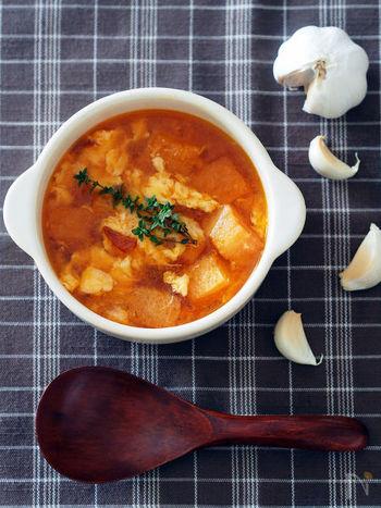 sopa(スープ)de(の)aho(ニンニク)という、可愛らしい名前のスープ。カスティーリャの郷土料理で、ここではバゲットの代わりに日本で馴染みのある食パンを使います。少し時間をおくとパンにスープが染み込んで、食べるスープのような食感に!香ばしく優しい香りが口に広がり、これだけでも元気がみなぎってきます。
