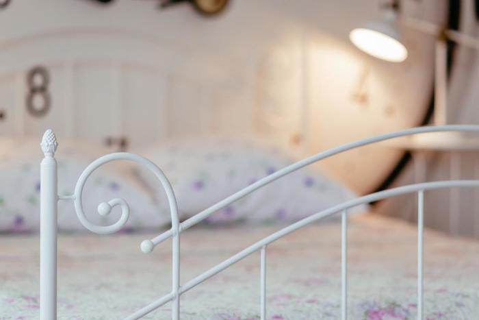 寝具や照明などのインテリアも、良質な睡眠にとって重要なファクターです。よく言われるのは体に合ったマットレスや枕を使うことですが、ほかにもベッドのレイアウトや明かりのとり方、カラーリングなどにも配慮すると、よりよい睡眠につながるでしょう。