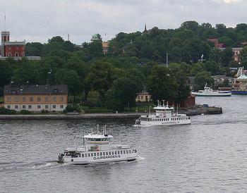 水辺には散策路が整備されていて、ストックホルムの美しい風景を楽しめます。晴れた日は本当に気持ちが良いですよ。Djurgårdsbronというトラム・バスの停留所で降り、橋を歩いて島に渡るのがおすすめです。