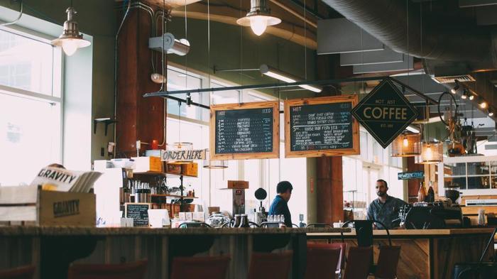 歩き疲れたら、カフェで一休み。スウェーデンには、コーヒーを飲みながら語り合う「フィーカ(fika)」という文化があり、魅力的なカフェもたくさん。博物館や美術館の中にもカフェがあることが多いです。滞在中に、お気に入りを見つけてみては。