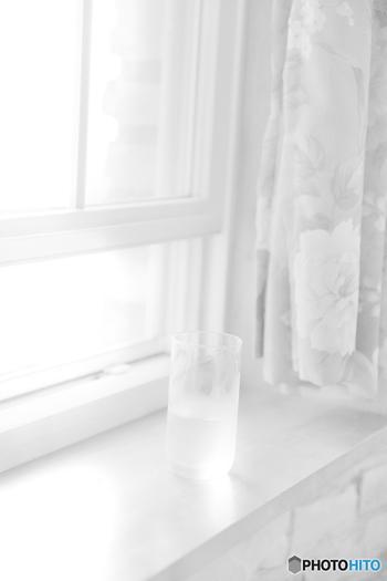 毎朝の習慣にしたいのが、窓を開けて換気をすることです。忙しい朝でも、顔を洗ったり歯磨きをしたりする間でもかまいません。就寝中の呼吸で出た二酸化炭素や、ハウスダスト、湿気などでお部屋の空気は汚れています。新鮮な空気をたっぷりとりこんで、毎日リセットしたいですね。脱いだルームウェアや布団も整えて、軽く床掃除ができると理想的です。