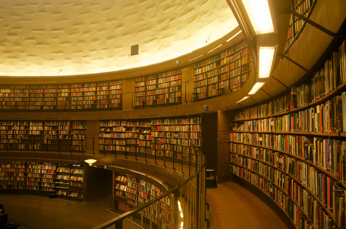 ストックホルム市立図書館(Stadsbibloteket)。円形の本棚がホールをぐるりと取り囲む、印象的な内装。地下鉄グリーンラインOdenplan駅もしくはRådmansgatan駅下車。