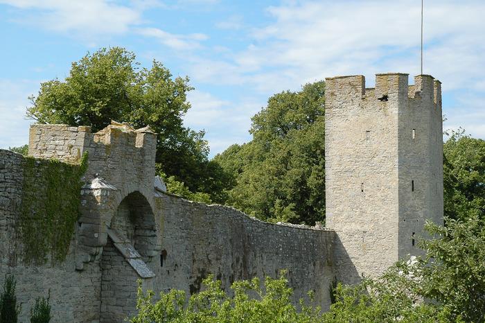 ヴィスビューの旧市街の周囲には、中世時代に街を守るために作られた石の要塞(Ringmuren)も残されています。  ゴットランド島へは、ストックホルム南東のニーネスハム(Nynäshamn)からフェリーが出ています。