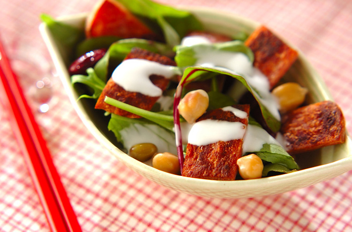 カリカリのランチョンミートが魅力のサラダレシピです。余分な油も落とせるのでヘルシー♪お好みのドレッシングをかけたり、アレンジもしやすいレシピです。