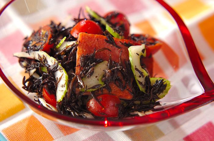 ヒジキ、ランチョンミート、トマト、セロリの色合いもキレイなサラダレシピです。ヒジキとの組み合わせるととっても美味しそう♪オリーブオイルと醤油を合わせた味付けの意外性もポイントです。
