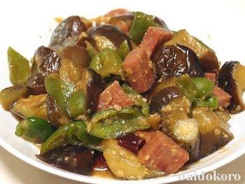 ランチョンミートを豚肉の代わりに使うアレンジレシピは試しやすいです。ナスや味噌との相性もぴったりなんですよ♪しっかりとタレが絡まってご飯によく合いそうですね!