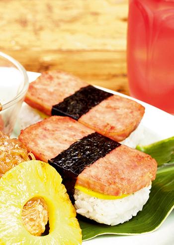 ランチョンミートとご飯の組み合わせと言えば、沖縄でよく見られるおにぎりスタイルはおすすめの一つ。ランチョンミート型にご飯の形を整えれば、見た目もビューティフル♪たくあんと黒こしょうとの相性も試してみてくださいね。