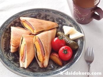 ホットサンドにもランチョンミートはぴったり♪見た目もボリューミーで食べごたえがありそうなレシピです。卵とランチョンミートのコンビをパンと一緒に頂いてみましょう。