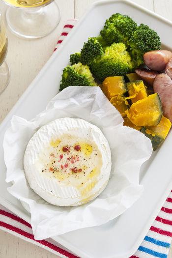 「白ワインやフォンデュ鍋の用意が少し面倒…」という方でもチーズフォンデュを満喫いただける、カンタンレシピをご紹介します。なんと、カマンベールチーズ自体をうつわにするという、とってもシンプルなアイデア♪気軽にパクパク食べやすくて、ホームパーティの頼れる味方になりますね。