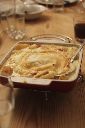 『タルティフレット』は、オートサヴォア地方で古くから作られていた「ペラ」という伝統料理に着想を得て、1980年にアレンジしてつくられたものとのこと。その名は、産地のじゃがいも名「タルティフラ」から名付けたそうです。チーズ、玉ねぎ、ベーコン、じゃがいもと、材料はいたってシンプル。かつて「ペラ」はフライパンで作られていたようですが、現在はこのように耐熱容器に入れてオーブンで焼いたものが一般的です。 ルブロションチーズが一般的ですが、家庭によってはチーズをミックスしたりと、アレンジしてつくられています。