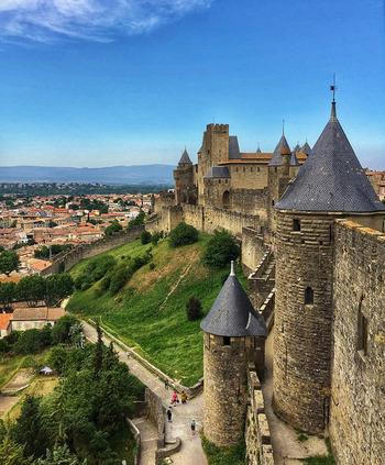 ラングドック地方といえば、世界遺産であり、ヨーロッパ最大級の城塞都市「カルカソンヌ」のあるところ。フランスでは「カルカソンヌを見ずして死ぬな」と称されるほど、美しい外観を誇ります。そんなラングドック地方は、赤ワインの名産地としても知られています。