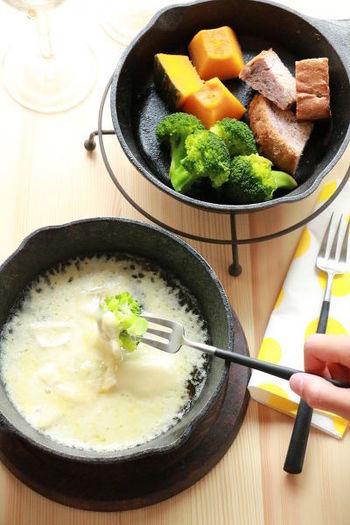 スキレットを2つ使って蒸し焼きにするアイディアレシピ。野菜に火を通した後は、蓋にしていたスキレットでチーズソースを作って。ちょっとしたおもてなしにも良さそう。