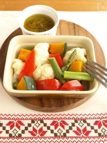 蒸し野菜もソースも、レンジで簡単に作れます♪野菜と相性抜群のバーニャカウダソース、ぜひお試しあれ!