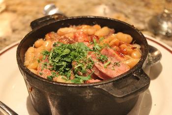 『カスレ』とは豚肉ソーセージやアヒル肉などと、白いんげん豆を煮込んだ煮込み料理。カソール(cassole)と呼ばれる土鍋で煮ることからその名が付いたそうです。実は、14~15世紀にかけて起こった百年戦争時代からの郷土料理なんだとか。傷ついた兵士への食事としてつくった豆料理が起源とされています。たくさんの食材を煮込めば栄養たっぷりで、体も温まりますね。