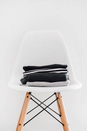 「一度着たけれどまだ洗う必要はない」という洋服やブランケットなどにも定位置を決めましょう。使っていないかごやイスをお部屋のコーナーやベッドサイドに置いて一時収納スペースに。インテリアとしても楽しむことができますね。