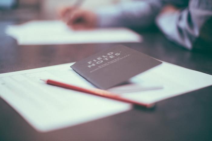 """まずは漠然とした「捨てる計画」を実際に""""書く""""ことでリアル化していきましょう。手帳やノートに、ある程度ゆとりがあるくらいのスケジュール感で片付ける箇所&日程を決めていきます。  お部屋の間取りを書いてその上から、片付けをする部分に日程を赤ペンで書き込んだり、完了したところにチェックマークを入れていくのもいいですね。"""