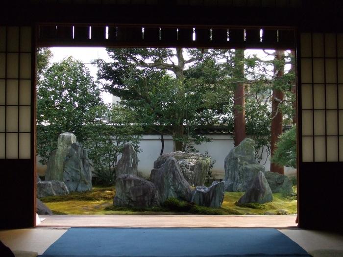こちらは「重森三玲庭園美術館」。昭和を代表する作庭家・重森三玲の旧宅で、庭園と書院、茶室が庭園美術館として公開されています。本格的な書院と苔むす石庭で、静かな時間と向き合って。完全予約制なので、出発前に予約をお忘れなく。