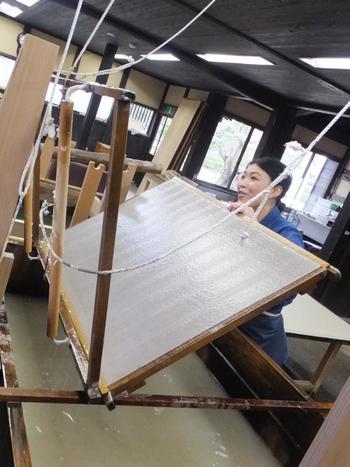 施設内の「卯立の工芸館」では、伝統工芸士が昔ながらの道具で紙をすく様子など、和紙が作られる一連の工程を見ることができます。こちらでは、本格的な「流しすき」体験もできます。