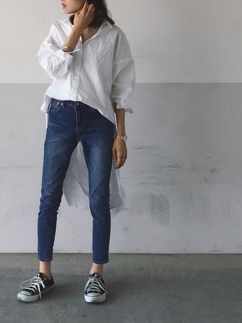 すっきりとしたタイトなシルエットが、大人っぽくて女性らしい『スキニーデニム』。 最近はゆったりしたワイドパンツが人気ですが、スキニーデニムは脚のラインをスマートに見せてくれるので、美脚効果や着やせ効果も◎