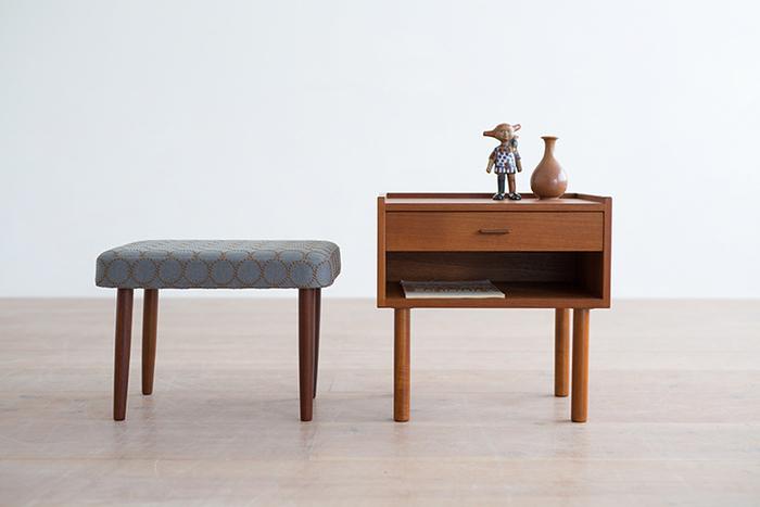 長い間、飽きずに心地良く使い続けられるのは、無駄のないシンプルさゆえ。それは、単に素朴なだけの家具とは一線を画しています。美しいシルエットと天然木の温かみを際立たせている「究極のシンプル」なのです。