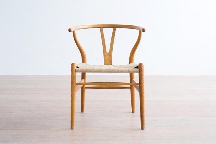 北欧ヴィンテージ家具を語るうえで「ハンス・J・ウェグナー」と「Yチェア」は欠かせません。正式名称は「CH24」(1950年デザイン)。背もたれから肘掛にかけての優美な曲線が秀逸。世代を超えて受け継いでいける、まさに不朽の名作です。