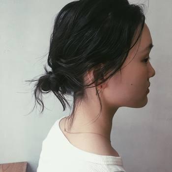 手ぐしでざっくりとまとめた黒髪のお団子アレンジ。髪を引き出してふんわりと、後れ毛をちょっぴり残してあげると程よい抜け感を演出できます。黒髪もひと手間で、ナチュラルで軽やかな印象に。