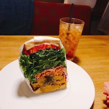 """こちらのサンドイッチはどれも""""萌え断""""、インスタ映え間違いなしです。宮崎マンゴー&マンゴームースサンド、ちゅらパインサンド、タコスチーズサンド、ベジタブルサンドと名前を聞いただけで、あっよだれが…。"""