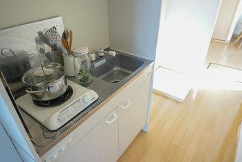 一人暮らしの部屋のキッチンは、スペースの関係でどうしても狭くなりがちです。だからといって収納棚を増やしてしまうとさらに狭くなり、使い勝手が悪くなるばかり。発想の転換で、自分らしいおしゃれなキッチンを目指しましょう。