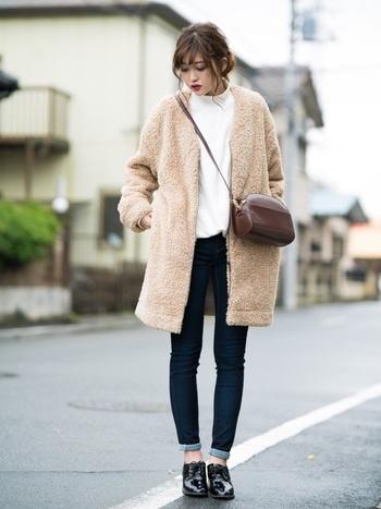 トレンド感のあるボアフリースコート × スウェットの定番アイテムも、足元にブラックを取り入れて、品の良い着こなしに。
