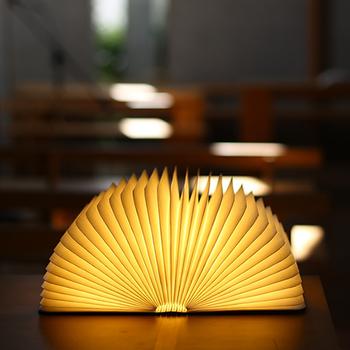 一冊の本を開くと、まるでマジックのように幻想的な光が広がる美しい照明《Lumiosf(ルミオエスエフ)》。リビングのテーブルライトとして、または寝室の読書用ライトとして、様々なシーンで活躍してくれます。