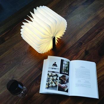 ページは360度まで広がり、開き具合で光の広がりを抑えることもできます。使わない時はコンパクトにたたんで本棚にしまっておくと、本物の書籍と見間違えてしまいそう。高性能な充電式のLEDを搭載しているので、持ち運んでお好きな場所で使えます。