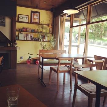目の前に東高津公園があり、お店の外に広がる緑を愛でながらカフェタイムを楽しめます。