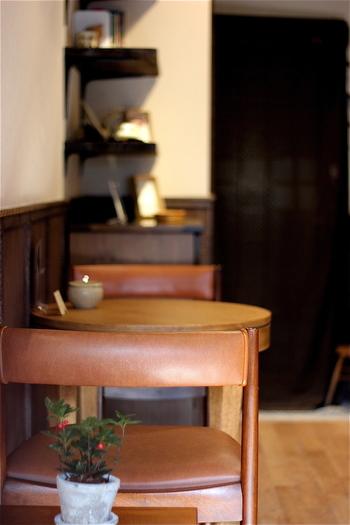 白い壁にダークブラウンのテーブルの落ち着いた空間… きょんさんの言う通り、思わず読書したくなります。