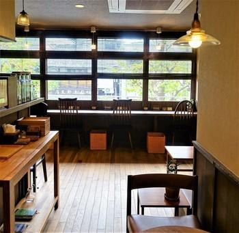 タイル貼りのビルの2階にある「百春」は、カウンター4席、テーブル4席の小さなお店。窓際のカウンター席で、寺町通りが眺めながらほっと一息つきたくなりますね。