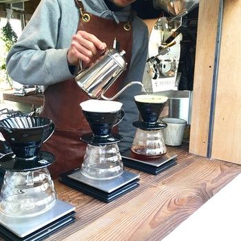 オーナーバリスタの坂尾篤史さんはオーストラリアのコーヒー文化に魅せられて、バリスタ世界チャンピオンの店で経験を積んで独立された方。コーヒーは店内の焙煎機で煎った豆を使い、一杯ずつ丁寧にドリップしています。