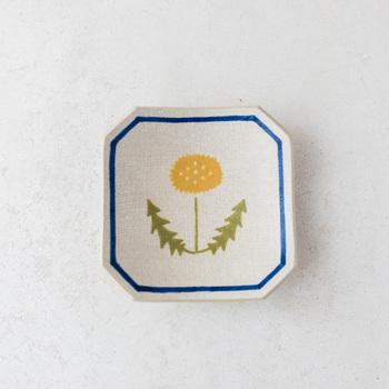 笠間焼きの陶芸作家、館真由美(たちまゆみ)さんがつくる角小皿『花』。繊細な絵付けが美しい、どこか懐かしさを感じるあたたかみのある一皿です。