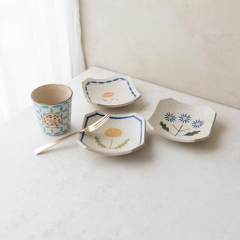 同シリーズの角小皿は、こちらのたんぽぽを含めて3種類。マットな質感で、カラフルながらも落ち着きのある佇まいです。ティータイムの際に、クッキーなどと一緒にそっとテーブルに並べたいですね。