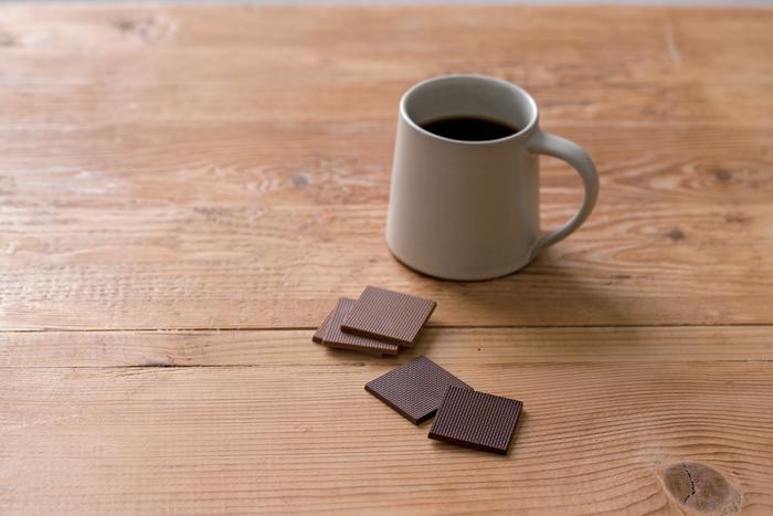 オニバスクランチはサックリとした食感が楽しい、プレート状のチョコレートをセットにしたものです。スイート、ミルク、エキストラミルクというそれぞれのチョコレートに似合う4種類のコーヒー豆をクランチにして混ぜています。