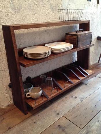 古木とアイアンを使ったアンティーク感のある食器棚です。サイズが小さいので、棚の上やアイランドキッチンのテーブルの上などにも置けそうですね。