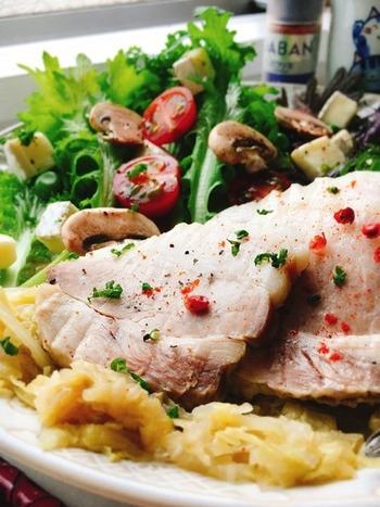 たっぷりの春キャベツと豚バラ肉のかたまりを蒸して、他の野菜やブリーチーズなどと合わせたボリューム満点のサラダ。蒸し時間が少しかかりますが、極上のサラダが完成します。