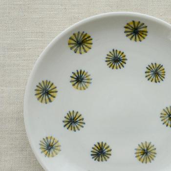 石川県にて小林大さん、かのこさん御夫妻が営む《陶房ななかまど》。息の合ったおふたりが生み出すうつわには、料理をそっと引き立ててくれる味わい深さがあります。陶房ななかまどならではの品質の良さも、多くの人から支持されています。