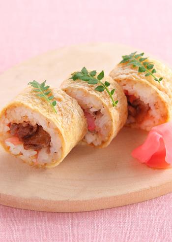 油揚げでお寿司を巻いた変わり種の巻きいなり寿司。甘辛く煮た牛肉とガリのピリッとした辛味の組み合わせが新鮮!ひな祭りやお祝い事のメニューにもいいですね。