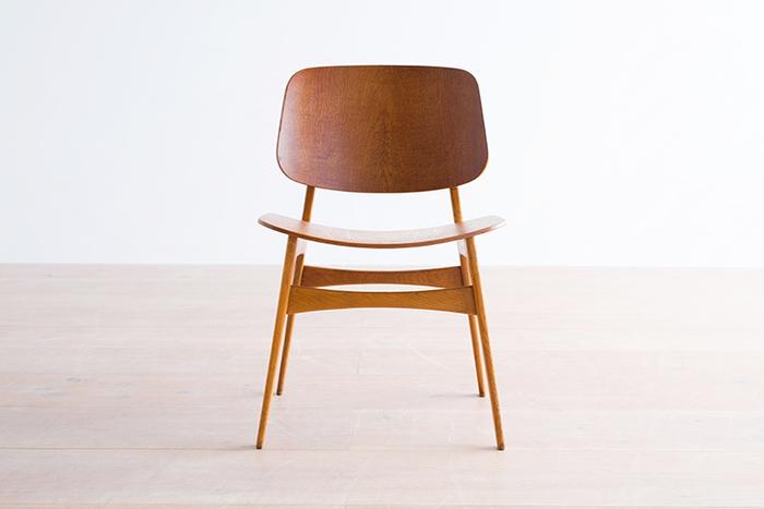 1950年にボーエ・モーエンセンがデザインした「Medel 155」。柔らかな丸みを帯びた愛らしさに癒されます。時を経て、むしろピュアさが増していくよう。背面と脚の木材が違い、微妙な色のコントラストがあるのも印象的。こんなチェアに座っていたら、肩の力が自然と抜けていきそうですね。