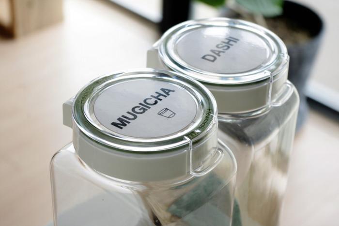 忙しいお料理中にとても便利なのが、片手で開けられるタイプの保存容器。これならこぼしてしまうことなく、楽に取り出せます。使いやすさも保存容器を選ぶ大事なポイントですね。
